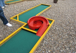 Spiral obstacle mini golf